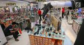 Pengunjung memilh sepatu untuk merayakan Hari Raya Idul Fitri di Lippo Mall Puri, Jakarta, Jumat (24/5/2019). Untuk menarik pengunjung dalam rangka Festival Jakarta Great Sale, berbagai diskon ditawarkan dari pukul 20.00 hingga 00.00 dalam Midsummer Night Sale. (Liputan6.com/Fery Pradolo)