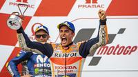 Valentino Rossi dan Marc Marquez saat naik podium MotoGP Jerman 2018. (Robert MICHAEL / AFP)