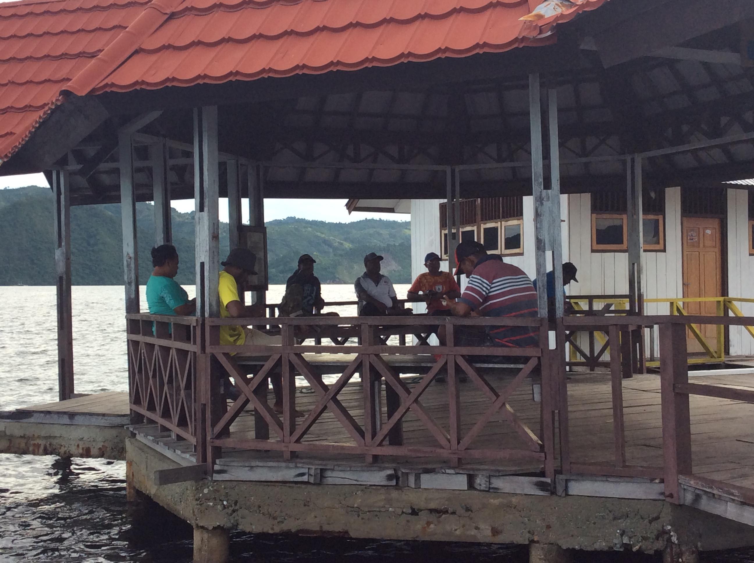 Infrau, tempat favorit berkumpulnya warga untuk menikmati internet gratis di Kampung Enggros