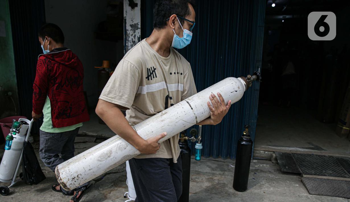 Pembeli mengantre dengan membawa tabung di tempat pengisian Oxygen Medical di Jalan Minang Kabau, Jakarta, Senin (28/6/2021). Permintaan pengisian oksigen di agen tabung oksigen di Jakarta alami peningkatan seiring lonjakan kasus COVID-19. (Liputan6.com/Faizal Fanani)