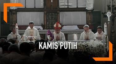 Umat Katolik di Indonesia hari ini memulai rangkaian pekan suci Paskah dengan ibadah Kamis Putih. Sejumlah warga melakukan ibadah di gereja Katedral Jakarta.