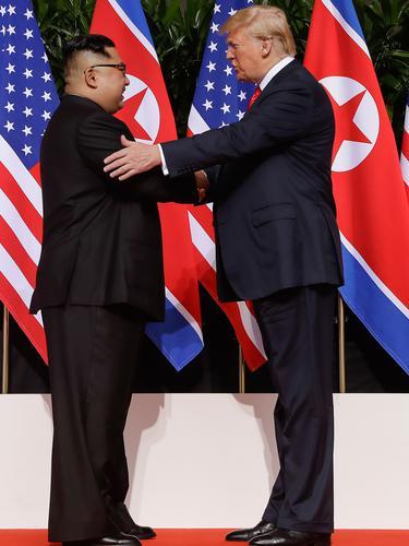 Jabat Tangan Perdana Trump dan Kim Jong-un