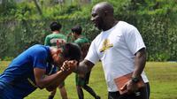 Pelatih Barito Putera, Jacksen F. Tiago menyalami pemainnya seusai latihan. (Bola.com/Iwan Setiawan)