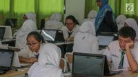 Sejumlah siswa mengikuti Ujian Nasional Berbasis Komputer (UNBK) di SMP Negeri (SMPN) 1, Cikini, Jakarta, Senin, (22/4). Sebanyak 4.279.008 siswa mengikuti UNBK tingkat SMP dan Madrasah Tsanawiyah (MTS) yang dilaksanakan mulai 22 April hingga 25 April. (Liputan6.com/Faizal Fanani)