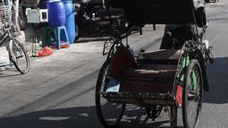 Pengayuh becak mencari penumpang di Kawasan Pasar Rajawali, Pademangan, Jakarta Utara, Senin (8/10). Pemprov DKI Jakarta bakal merevisi Perda Nomor 8 Tahun 2007 untuk mengakomodasi operasional becak. (Liputan6.com/Herman Zakharia)