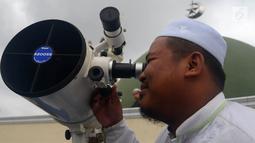 Petugas meneropong posisi hilal (bulan) dari Pondok Pesanteren Al-Hidayah Jakarta, Selasa (15/5). (Merdeka.com/Imam Buhori)