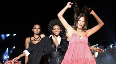 Sejumlah model berjalan di atas catwalk menampilkan kreasi oleh Etam selama Etam Live Show pada hari pertama Paris Fashion Week, di stadion Roland Garros di Paris (24/9/2019). (AFP Photo/Bertrand Guay)
