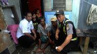 Daeng Baso (41), warga Kelurahan Tompo Balang, Kecamatan Somba Opu, Kabupaten Gowa, Sulsel, lumpuh di kedua kakinya sejak umur 5 tahun. (Liputan6.com/Fauzan)