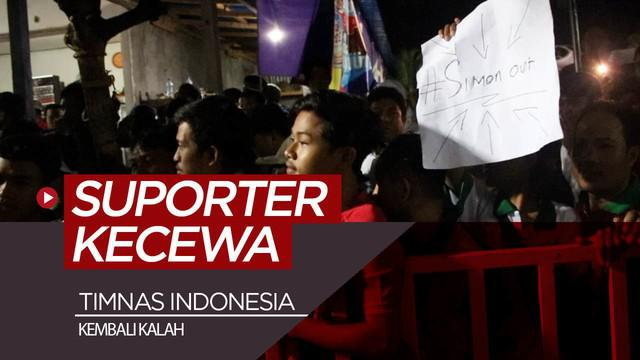 Berita video ekspresi kekecewaan suporter setelah Timnas Indonesia kalah dari Vietnam 1-3 di luar stadion Kapten I Wayan Dipta, Gianyar, Bali, Selasa (15/10/2019).