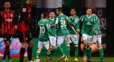 Para pemain Werder Bremen merayakan gol pertama ke gawang Eintracht Frankfurt yang dicetak bek Theodor Gebre Selassie dalam laga lanjutan Liga Jerman 2020/21 pekan ke-23 di Weserstadion, Bremen, Jumat (26/2/2021). Werder Bremen menang 2-1 atas Eintracht Frankfurt. (AFP/Patrik Stollarz/Pool)