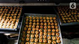 Kue setelah dimasukan dalam oven di industri pembuatan kue kering Pusaka Kwitang, Jakarta, Kamis (30/4/2020). Kue kering yang dijual seharga Rp480 ribu per kaleng itu pada bulan Ramadan tahun ini mengalami penurunan produksi hingga 500 kaleng akibat pandemi COVID-19. (Liputan6.com/Johan Tallo)