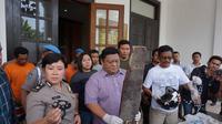 Polisi memperlihatkan alat bukti pengeroyokan suporter Persija Jakarta. (Liputan6.com/Huyogo Simbolon)