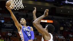 Philadelphia 76ers guard Gerald Henderson #12 melakukan layup saat dibayangi pemain Miami Heat pada laga NBA preseason basketball game di Miami, Sabtu (22/10/2016) WIB. (AP/Alan Diaz)
