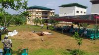 Jenazah almarhum Ustaz Arifin Ilham rencananya dimakamkan di halaman Masjid Jami Az-Zikra yang terletak di komplek Pesantren Az-zikra, Desa Cibadung, Kecamatan Gunung Sindur, Kabupaten Bogor, Jawa Barat. (Liputan6/Achmad Sudarno)