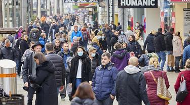 Orang-orang berbelanja di kawasan perbelanjaan Mariahilfer selama akhir pekan menjelang peningkatan aturan lockdown di Wina, Austria, 14 November 2020. Austria memerintahkan lockdown nasional selama tiga pekan mulai 17 November untuk membatasi penyebaran COVID-19. (Xinhua/Georges Schneider)