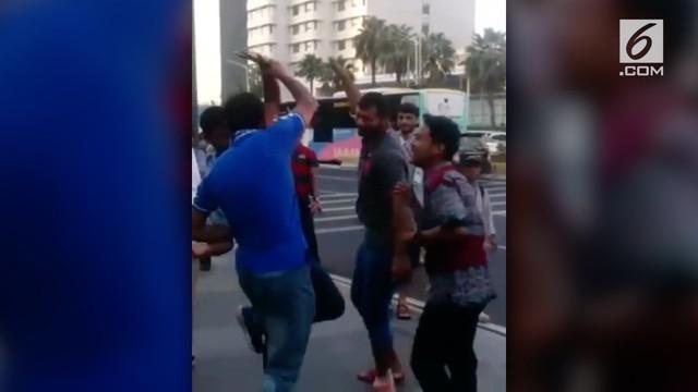 Sebelum bertolak ke negaranya masing-masing, sejumlah atlet yang berlaga di Asian Games 2018, menikmati pertunjukan musik di tepi jalan sambil berjoget.