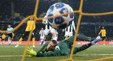 Kiper Juventus, Wojciech Szczesny gagal menghadang bola yang ditendang pemain Young Boys, Guillaume Hoarau pada laga pamungkas Grup H Liga Champions di Stade de Suisse, Kamis (13/12). Juventus kalah 1-2 dari tuan rumah, Young Boys. (Fabrice COFFRINI/AFP)
