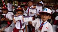 Laporan kinerja capaian tiga tahun Kemenko PMK mencatatkan bahwa Kartu Indonesia Pintar (KIP) telah terdistribusi lebih dari 17,9 juta siswa