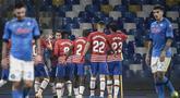 Para pemain Granada merayakan gol penyeimbang 1-1 ke gawang Napoli yang dicetak gelandang Angel Montoro dalam laga leg kedua babak 32 Besar Liga Europa 2020/21 di Diego Armando Maradona Stadium, Kamis (25/2/2021). Granada kalah 1-2 dari Napoli. (AFP/Filippo Monteforte)