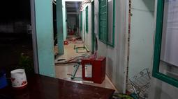 Kerusakan yang disebabkan ratusan pecandu narkoba di pusat rehabilitasi narkoba di Dong Nai, Vietnam, Senin (24/10). Lebih dari 500 pecandu narkoba kabur menjebol dinding dan merusak jendela menggunakan tongkat serta alat pemadam kebakaran. (STR/AFP)