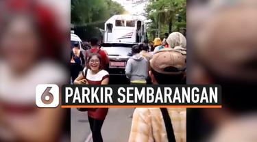 Kembali terjadi aksi parkir sembarangan yang dilakukan oleh seorang pengendara mobil. Kali ini, aksi tersebut terjadi di Solo, Jawa Tengah. Ia memarkir mobilnya di atas rel kereta api.