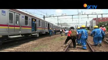 Kereta komuter line jurusan Jatinegara–Bogor, Senin (30/10/2017) siang anjlok di perlintasan Stasiun Jatinegara.