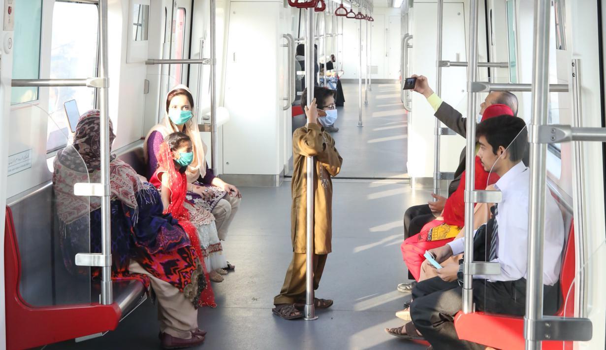 Para penumpang menaiki Orange Line di Lahore, Pakistan, pada 26 Oktober 2020. (Xinhua/Liu Tian)