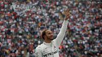 Pembalap Mercedes, Lewis Hamilton, menyegel gelar juara F1 2018 setelah finis keempat pada GP Meksiko, Senin (29/10/2018) dini hari WIB. (AP/AP Photo/Tomas Stargardter)