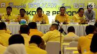 Ketua Umum Partai Golkar Airlangga Hartarto (ketiga kanan) memimpin rapat pleno perdana setelah terbentuknya kepengurusan baru di DPP Golkar, Jakarta, Senin (29/1). Rapat pleno digelar sesaat sebelum verifikasi faktual oleh KPU. (Liputan6.com/Johan Tallo)