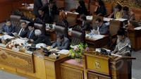 Ketua Badan Pemeriksa Keuangan (BPK RI) Harry Azhar Azis (kiri) membacakan laporan hasil pemeriksaan BPK dalam Rapat Paripurna dengan DPR RI di Komplek Parlemen, Jakarta, Selasa (7/4/2015). (Liputan6.com/Andrian M Tunay)