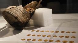 Sejumlah koin emas Romawi kuno ditampilkan selama konferensi pers di Milan, Italia, 10 September 2018. Koin-koin itu, yang berjumlah ratusan keping tersebut berasal dari masa akhir Kekaisaran Romawi sekitar abad ke-5 masehi. (AP/Luca Bruno)