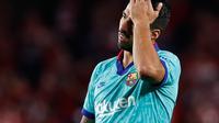 Penyerang Barcelona, Luis Suarez bereaksi selama laga pekan kelima La Liga melawan Granada di Stadion Nuevo Los Cármenes, Sabtu(21/9/2019). Barcelona secara mengejutkan tumbang dalam lawatannya ke markas tim promosi, Granada 0-2. (AP Photo/Miguel Morenatti)