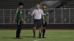 Asisten pelatih Timnas Indonesia U-23, Kurniawan Dwi Yulianto, memberikan arahan kepada pemainnya saat sesi latihan di Stadion Madya, Jakarta, Selasa (23/7). Latihan ini merupakan persiapan jelang SEA Games 2019. (Bola.com/Yoppy Renato)