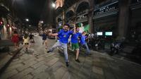 Suporter merayakan kemenangan Italia atas Inggris pada pertandingan final Euro 2020 di Milan, Italia, Senin (12/7/2021). Italia menjuarai Euro 2020 usai mengalahkan Inggris lewat drama adu penalti pada pertandingan final. (AP Photo/Luca Bruno)