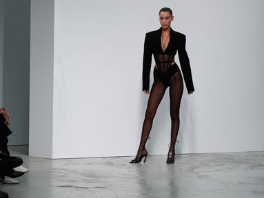 Model Bella Hadid mengenakan membawakan koleksi Spring 2020 dari Mugler dalam gelaran Paris Fashion Week, Rabu (25/9/2019). Bella Hadid tampil dalam balutan lingerie hitam transparan yang dipadukan dengan celana thong. (AP Photo/Francois Mori)
