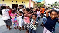 Anak-anak Kepulauan Aru latihan evakuasi gempa dan tsunami pada Minggu (17/11/2019), lewat adaptasi lagu 'Potong Bebek Angsa' sambil memperagakan gerakan perlindungan dan keselamatan. (Dok Badan Nasional Penanggulangan Bencana/BNPB)