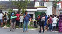 Suasana menjelang evakuasi jenasah Sukarjo-Sutari yang sudah membusuk dari dalam rumah. (foto: Liputan6.com/edhie prayitno ige)