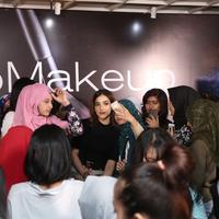 Keseruan acara MakeupMakeup yang seru banget jadi bikin susah move on deh! (Sumber foto: Daniel Kampua/Bintang.com)