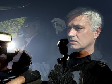 Jose Mourinho meninggalkan tempat latihan Tottenham Hotspur, London, Senin 19 April 2021. Tottenham memecat Jose Mourinho pada hari Senin setelah hanya 17 bulan melatih. (Jonathan Brady/PA via AP)