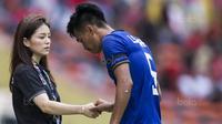 Manajer Timnas Thailand, Watanya Wongopasi, menyalami pemain usai melawan Indonesia pada laga SEA Games di Stadion Shah Alam, Selangor, Selasa (15/8/2017). Kedua negara bermain imbang 1-1. (Bola.com/Vitalis Yogi Trisna)