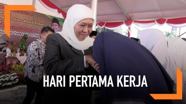 Gubernur Jawa Timur, Khofifah Indar Parawangsa memastikan bahwa tidak ada ASN Pemprov Jatim yang tidak hadir di hari pertama kerja setelah liburan lebaran berakhir.