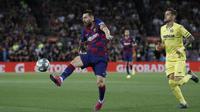 Penyerang Barcelona, Lionel Messi berusaha mengontrol bola saat bertanding melawan Villareal pada lanjutan pertandingan La Liga di Camp Nou, Rabu (25/9/2019). Barcelona menang tipis atas Villareal 2-1. (AP Photo/Joan Monfort)