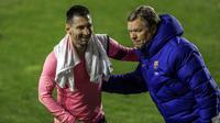Pelatih Barcelona Ronald Koeman (kanan) bersama Lionel Messi merayakan kemenangan mereka atas Rayo Vallecano pada pertandingan 16 besar Copa del Rey di Stadion Vallecas, Madrid, Spanyol, Rabu (27/1/2021). Barcelona mengalahkan Rayo Vallecano 2-1. (AP Photo/Manu Fernandez)