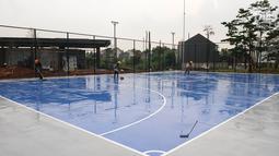 Pekerja sedang merapikan lapangan futsal di Proyek pembangunan alun-alun kota Depok, Jawa Barat, Rabu (9/1). Proyek pembangunan alun-alun kota Depok memiliki area jenis olahraga dan fasilitas lainya. (Liputan6.com/Herman Zakharia)