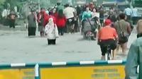 Dampak banjir akibat meluapnya Sungai Citarum, pasar Dayeuhkolot, toko-toko, dan sejumlah perkantoran tutup..