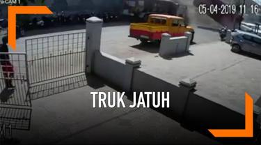 Sebuah truk membawa trailer jatuh dari jembatan dengan ketinggian 7 meter di India. Polisi menyelidiki penyebab insiden tersebut.