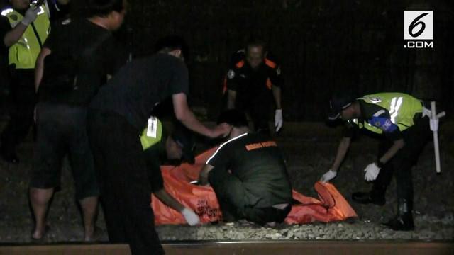 Sesosok mayat ditemukan di perlintasan rel kereta Palmerah. Hingga kini belum diketahui bagaimana cara pria tersebut bisa tewas di lokasi kejadian.