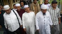 Ketua PA 212, Slamet Ma'arif usai menjalani pemeriksaan di Polresta Solo, Kamis (7/2).(Liputan6.com/Fajar Abrori)