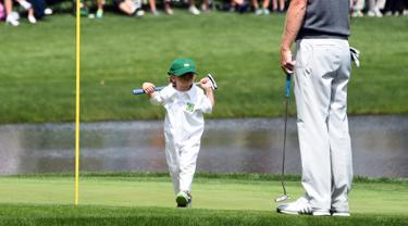 Austin, putri dari pegolf Brandt Snedeker berjalan saat mengikuti acara Masters Par 3 Tournament di Augusta National Golf Club, Georgia, (5/4). Anak-Anak ini menunjukkan keterampilannya bermain golf bersama orang tuanya. (AFP Photo/Jim Watson)