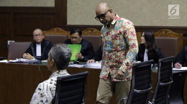 Terdakwa dugaan suap di Krakatau Steel, Kurnia Alexander Muskitta (berdiri) dan Wisnu Kuncoro saat menjalani sidang lanjutan di Pengadilan Tipikor, Jakarta, Rabu (28/8/2019). Sidang beragendakan mendengar keterangan saksi-saksi yang dihadirkan JPU KPK. (Liputan6.com/Helmi Fithriansyah)